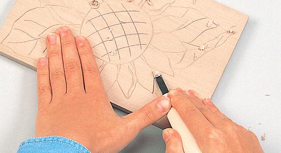 図柄の回りの部分を彫る