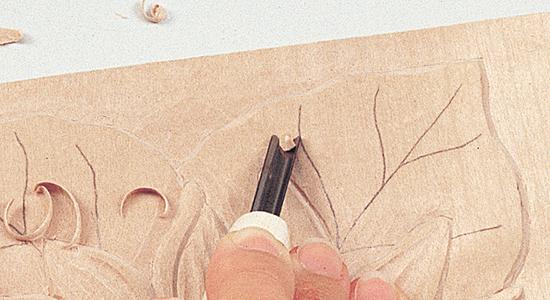 面を彫り下げるモチーフを大きい丸刀で